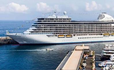 El Seven Seas Explorer hace su primera escala en Almería