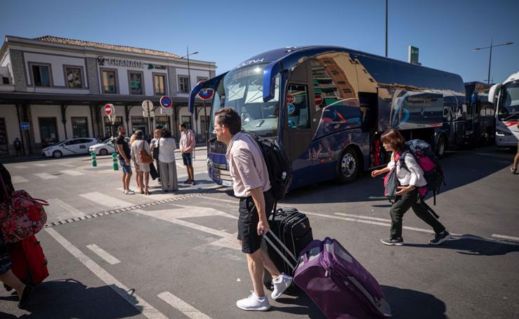 Los autobuses llegan a Andaluces con los pasajeros afectados por la avería del AVE