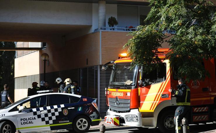 Bomberos sofocando el fuego en una vivienda de Granada