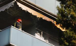 Los bomberos de Granada sofocan un incendio en un balcón de Torre de Abencerrajes