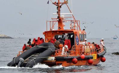 Rescatadas 68 personas, entre ellas tres menores, de una patera frente al litoral de Almería