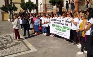 Concentración en Pinos Puente por el impago de cuatro mensualidades en el servicio de ayuda a domicilio