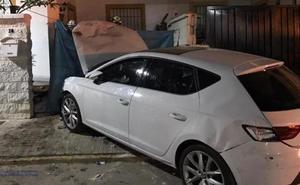 Un coche se empotra contra una casa y mata a una mujer y a su perro mientras paseaba