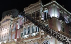 Cae un trozo de balcón de un edificio de la Puerta Purchena