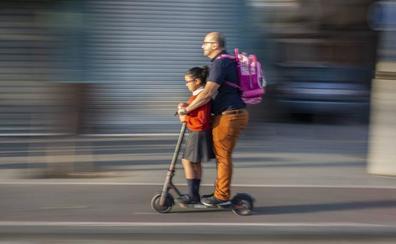 La DGT prohibirá a patinetes y bicis circular y estacionar en aceras