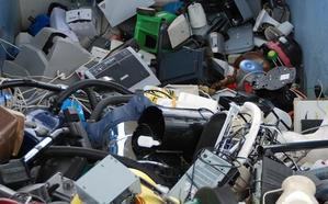 La Facultad de Ciencias Económicas y Empresariales, primera en la campaña de reciclaje 'Digitalización Sostenible'