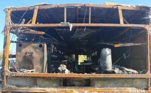 El fuego calcina el autobús 'Food Truck' del 18 Nudos Club Surf de Salobreña