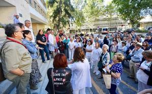 Sanitarios del Virgen de las Nieves de Granada se manifiestan por el cierre de camas en el hospital