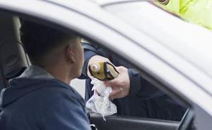 Le retiran el coche por ir borracho y va al depósito a recogerlo con un amigo también bebido