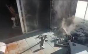 Así encontraron los bomberos la casa incendiada en Granada