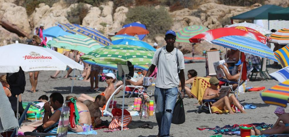 Un cambio legal permitirá multar también a los compradores en la venta ambulante sin licencia en Almería