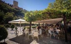 El Ayuntamiento de Granada apuesta por la uniformidad de los veladores en los enclaves turísticos