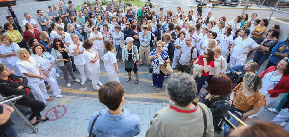 El SAS contrata a 14 enfermeros y auxiliares para evitar el cierre de camas en el Virgen de las Nieves