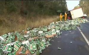 Un camión de cervezas se estrella y llena la carretera de latas
