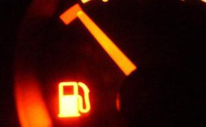 El grave riesgo de avería y multa al conducir el coche con la reserva de combustible