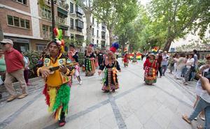 El desfile del mestizaje inunda de luz y sonido las calles del centro de Granada el Día de la Hispanidad