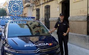 Un policía fuera de servicio salva la vida a un bebé que se estaba asfixiando