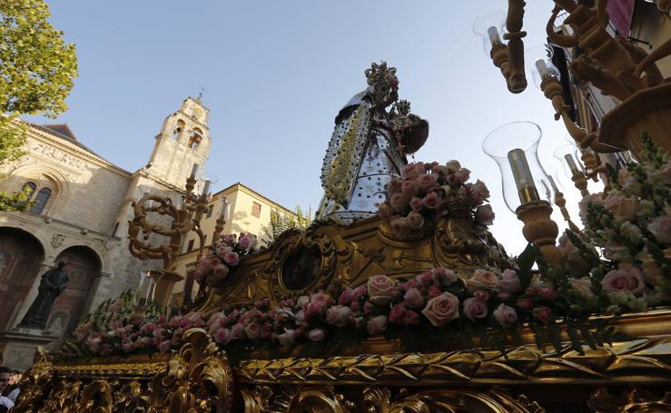 La Virgen del Rosario procesiona por las calles de Granada