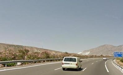 La hija de un motorista fallecido en un accidente en Granada busca testigos del suceso