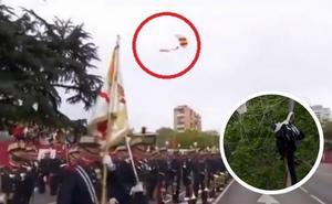 Un paracaidista choca contra una farola durante el desfile del 12 de octubre