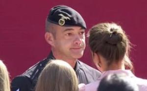 El paracaidista accidentado en el desfile del 12-O se emociona con el saludo de los Reyes