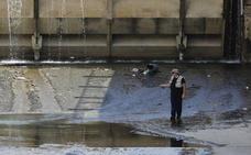 Así ha sido la 'pesca de riesgo' de un hombre esta mañana en el río Genil