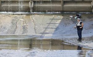La pesca de 'alto riesgo' de un hombre en un charco del río Genil de Granada