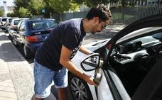 Una decena de coches amanece con los retrovisores destrozados en Granada