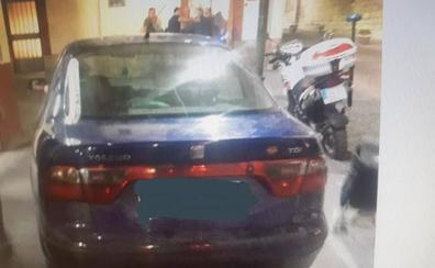 Le multan e intervienen «mercancia» por aparcar en la acera, drogado y sin carné ni ITV