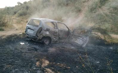 Sofocan el incendio de un coche presuntamente robado en el Parque Nueva Granada