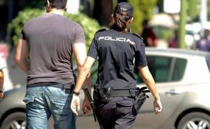 Agrede a una policía nacional que le pilló practicando sexo oral en la calle son su novia