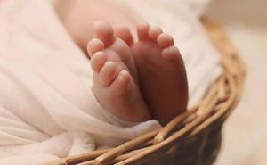 Un hombre halla una recién nacida enterrada con vida cuando cavaba una tumba para su propia hija