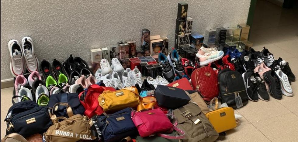 Incautación masiva de productos falsificados en el mercadillo de Almanjáyar de Granada