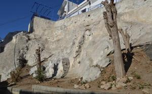 El Ayuntamiento adecenta la ladera de bajada al Lavadero de La Caleta