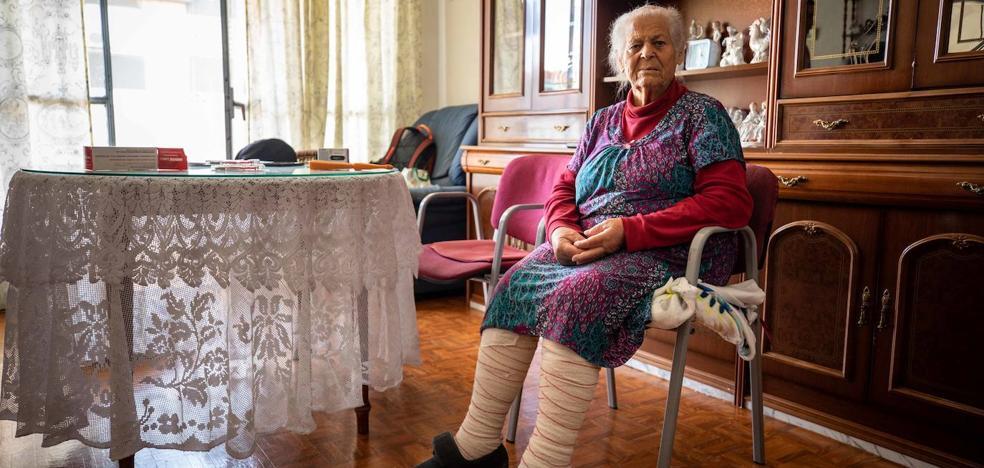 Suben a una anciana a cuestas 9 pisos en Granada tras esperar cinco horas en el portal por un corte de luz
