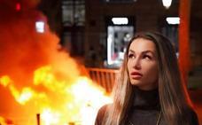 Los instagramers que posan ante las llamas en Barcelona generan polémica en redes