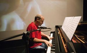 El compositor granadino Sergio de la Puente toca la banda sonora de 'Sin fin' en directo