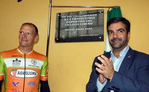 Loja reconoce al exciclista Miguel Ángel Peña y pone su nombre al pabellón municipal