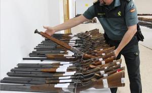 La Guardia Civil subasta en Granada 861 armas y las expone al público