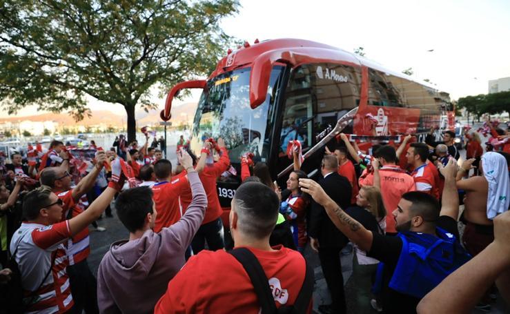 Los aficionados reciben al Granada CF a la puertas de Los Cármenes