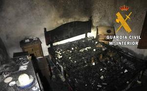 Evacúan a una mujer atrapada en su vivienda en llamas en Albanchez