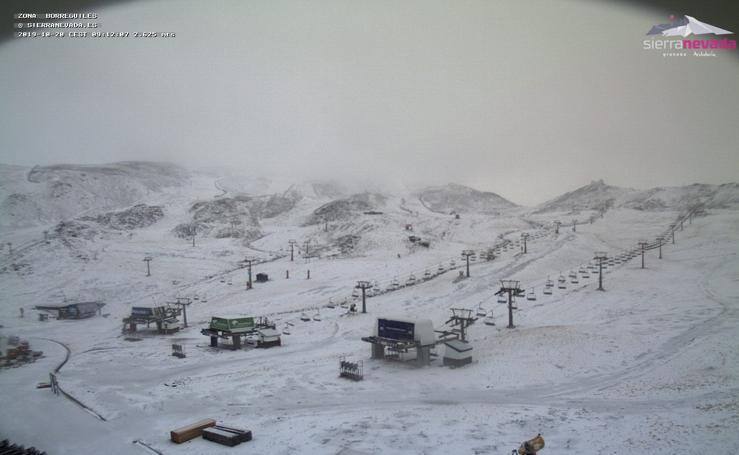 Un amanecer de ensueño: Sierra Nevada se tiñe de blanca