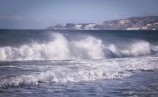 El temporal de viento azota la costa de Granada