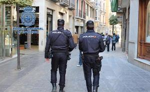 Lleva a su casa de Granada a una persona que conoció por una aplicación de contactos y ésta le roba objetos valorados en más de 2.000 euros
