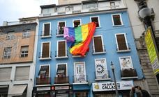 La gigantesca bandera arcoíris de Granada en protesta por los semáforos negros