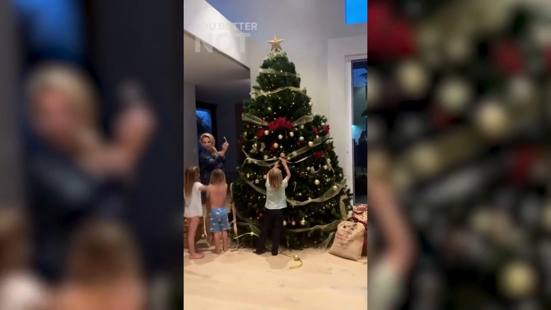 Elsa Pataky decora el árbol de Navidad con sus hijos