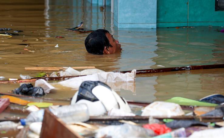 Las inundaciones dejan a Indonesia con el agua al cuello
