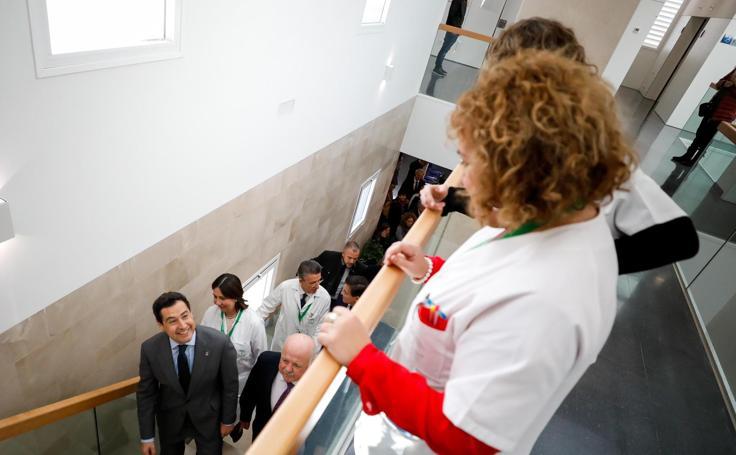 Así ha sido la visita de Juanma Moreno al centro de salud de Bola de Oro