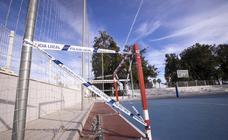 Así ha quedado la pista polideportiva de Santa Adela tras el destrozo de unos vándalos