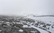 Copiosa nevada en la Sierra en pleno temporal